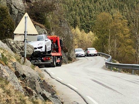 En personbil havnet i ettermiddagstimene i grøfta og mistet hjulet etter å ha gjort en unnvikende manøver for en bil som kom imot på den smale Ålgårdsvegen.