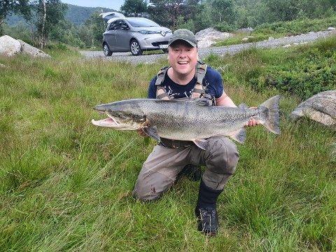 Lars Kåre Sukka dro opp laksen på 18,1 kilo etter en time med slit opp og ned Dirdalselva.
