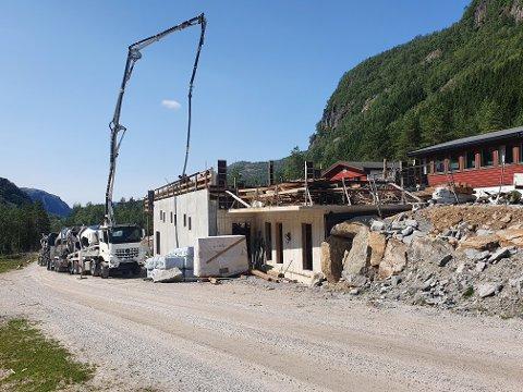 Arbeidet med å bygge en «fjellkirke» på Ålgård baptistmenighets leirsted på Liland i Sirdal, er i gang.