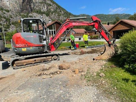 Arild Volden og Gjesdal kommune var raskt ute da alarmen gikk som følge av trykktap. Etter hvert fikk de også hentet inn maskiner og utstyr for å fikse lekkasjen.