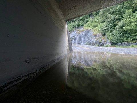 Natt til fredag fikk brannvesenet melding om én meter med overvann i undergangen ved E39 på Figgjo.
