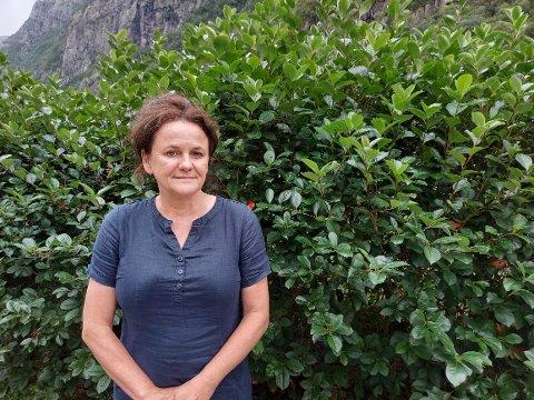Eli Veen Frafjord mistet ektemannen til kreft i februar. Siden da har hun hatt ansvar alene for arbeidet på gården.