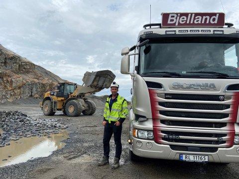 Driftsleder i Bjelland AS, Joakim Hetland, ser at prisene på drivstoff skyter i vært om dagen.