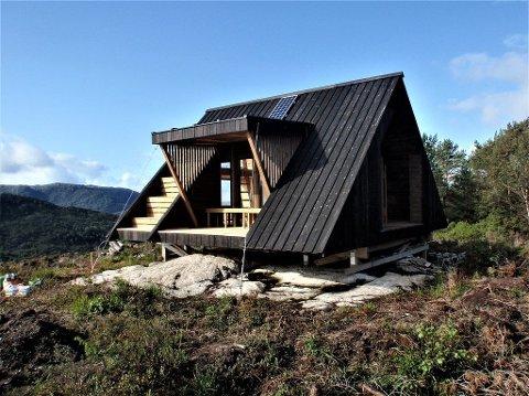En hytte tilsvarende denne hytta som er plassert i Gulen kommune i Ytre Sogn, etableres i Madlandsheia i Gjesdal neste måned.