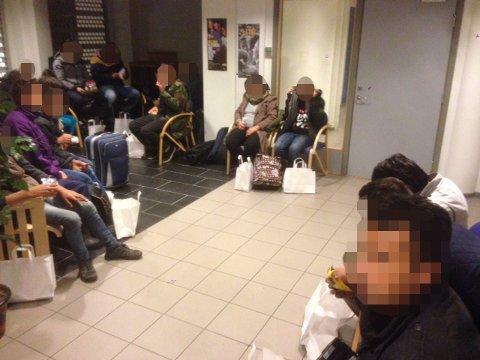 ASYLSØKERE: Politiet har kontrollert 81 personer den siste måneden. Av disse søkte 64 personer om asyl. Bildet ble tatt i forbindelse med at 26 asylsøkere ble plukket av Stockholmstoget i oktober