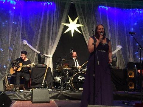 Hege Pedersen er Grinders egen vokalist. Hun kompes av Håps husorkester, for anledningen trommet sammen av kapellmester Tommy Michaelsen.
