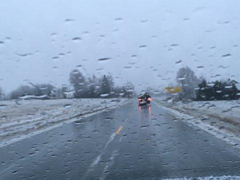 LIVSFARLIG: Slik ser det ut på veiene i distriktet i formiddagstimene. Regnet fryser til en ishinne på de kalde veiene.