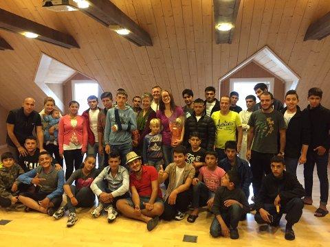 PRIVATKONSERT PÅ OPAKER: Flyktningene satte stor pris på å få høre stemmen til Kristin Jenssveen akkompagnert av Hans Vegard Hals på tangenter.