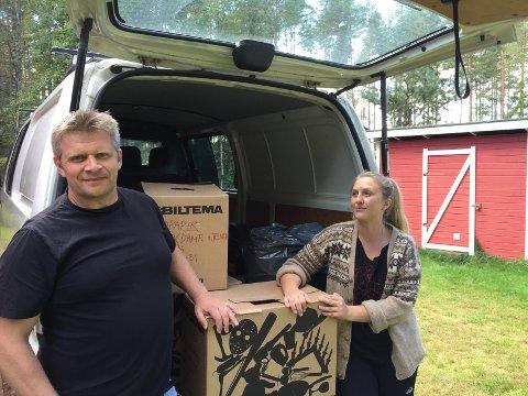 FYLLER BILEN: Lene Karlsen og Kim Bjørnar Hauge fyller opp bilen og reiser til Lesvos for å drive hjelpearbeid fra 25. oktober til 9. november. Omm de får mer enn de greier å kjøre i bilen, vil det komme flyktningene på Haslemoen til gode.