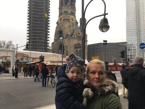 DRAMATISK: Stine Myrvang og datteren Hanna (2) besøkte julemarkedet (i bakgrunnen) kort tid før lastebilen braste inn i folkemengden.