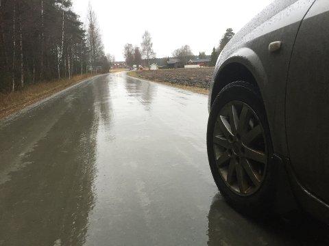 GLATT: Kjør forsiktig, det blir fortsatt glatt på veiene i distriktet.