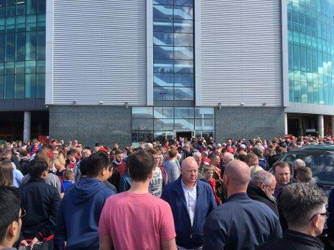 EVAKUERT: Flere tusen fotball-fans som hadde møtt opp for å se Manchester United mot Bournemouth ble evakuert etter et mistenkelig funn på Old Trafford. Foto: Per-Erik Stømner