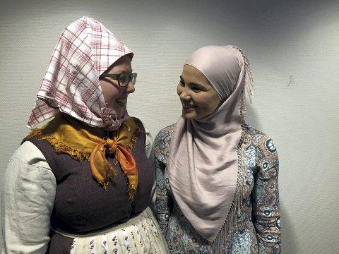 FUNN: Anno museum har en enorm arkivsamling som skal under ett tak. Under opprydning på en gård i Odalen fant man «høge luer», noe som aldri har vært gjort forskning på. Det ble utstillingen «Solør-hijab», her med Kristine Lundsbakken og Iman Meskini.