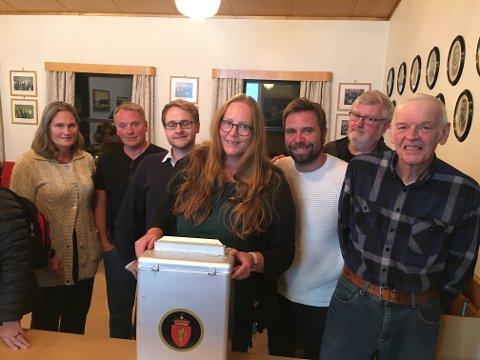 VALGSTYRET: Sps Ragnhild Haagenrud Moen (t.v.), Finn Egil Sandmo (H), Lasse Juliussen (AP), Lise Selnes (AP), Lasse Weckhorst (AP), Gunnar Nygård (SV) og  Marius Skogstad (AP) under opptellingen mandag kveld.
