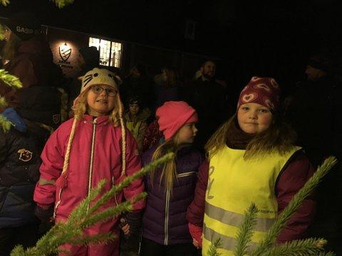 Lilly, Thea og Elena venter på å få gå rundt juletreet.