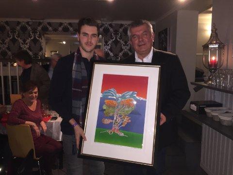 HEDRET: Nes presseklubbs Kjell Aasum delte ut «Snill nesbu»-prisen til Martin Bakkejord Skolbekken torsdag kveld.