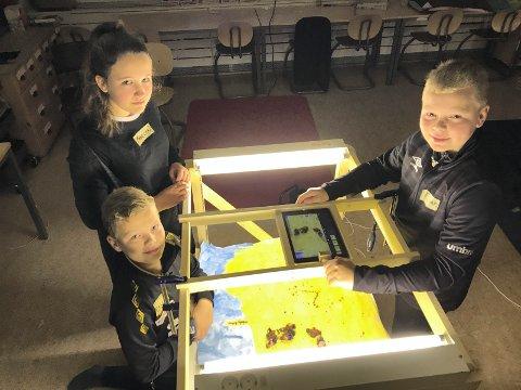 ANIMASJON: Erling Birkely, Madelen Sakserud og Gunnar Birkelygjør opptak til animasjonsfilmen som 6. og 7. trinn ved Jara skole har laget. Animatør Karin Jacobsen var leid inn til prosjektet via den kulturelle skolesekken.