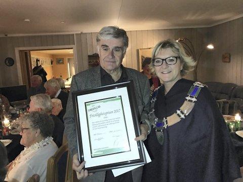 PRISVINNER: Knut Lilleåsen fikk årets Frivillighetspris i Grue, delt ut av ordfører Wenche H. Sund.