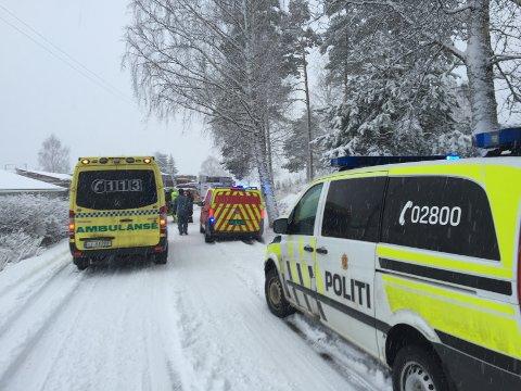 DØDSULYKKE: Flere ambulanser, politi og brannvesen rykket ut til arbeidsulykken.