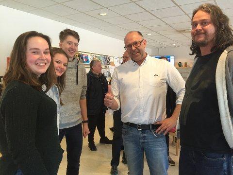 STOR GLEDE: Camilla Glomsås (f.v.), Andrine Harstad, Simon Ruud, assisterende rektor, Njål Føsker, og lærer Jørgen Lesjø kan gå inn i helga med brede smil.