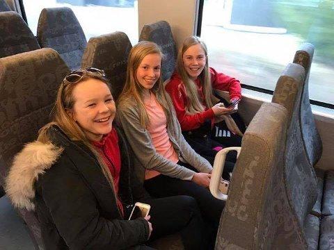 FORNØYDE: Togturen ble kort for Maiken Pettersen (f.v.), Eline Frysjøenden og Johanne Moe Høgberg. Buss for tog ble satt opp fra Skarnes, men da de kom fram til Haga, hadde toget reist.