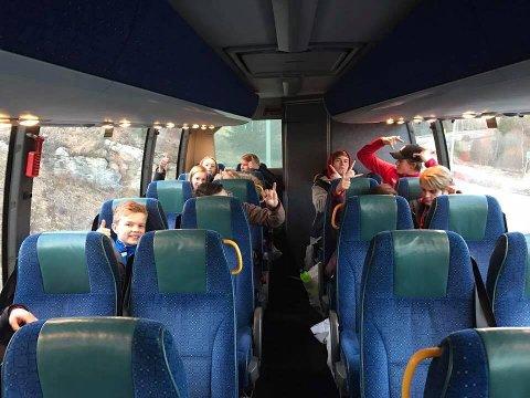 EGEN BUSS: De 14 turnerne og deres fire trenere hadde god plass i bussen som ble rekvirert bare for dem for at de skulle rekke treninga i Drammen.