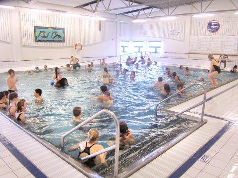 KONGSBADET: Kommunen har planer om å åpne svømmehallen i sommer, men først må bransjen og FHI ferdigstille en smittevernveileder. Om man får bade så tett som på bildet, blir opp til smittevernekspertene.