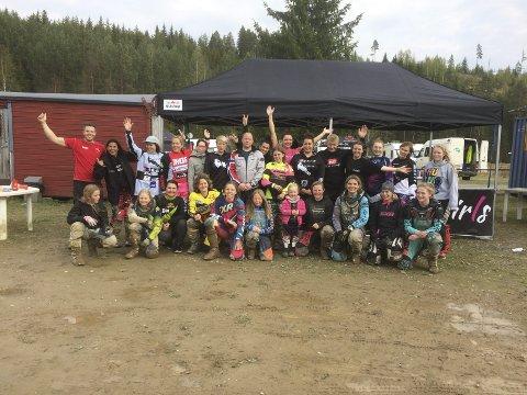 Mange på en gang: Pål Anders Ullevålseter (og Caroline Iglebæk ved siden til høyre) hadde besøk av mange ivrige dirtbike-jenter i helgen.