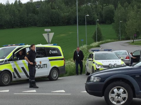 POLITIJAKT: Det var fullt av politi i byen tirsdag mens jakten på en narkodømt fange pågikk.