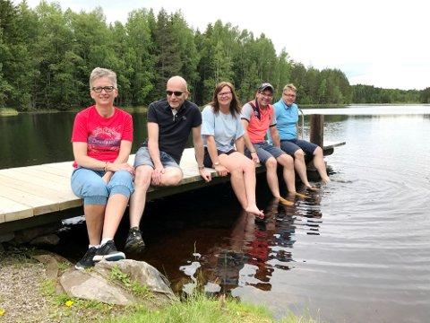 Denne dugnadsgjengen i Bogerlia Vel, har laget ny badebrygge på Bogerfløyta. Heidi Flinterud Rismoen, (f.v.) Ole Inge Rismoen, Tanja Heidi Mosether, Jan Øiungen og Stian Trangsrud.