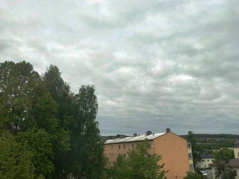 BRRR: Det var en kald trekk i Kongsvinger sentrum fredag morgen. I følge meteorologene blir det ingen sol og sommer i pinsehelgen.