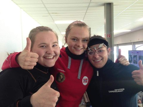 GULLJENTENE: Jenny Stene flankert av Regine Nesheim (til venstre) og Jeanette Hegg Duestad.