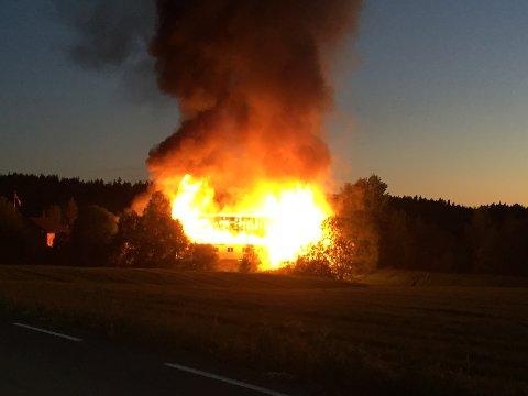 OVERTENT: Låven var fullstendig overtent ved brannvesenets ankomst. Brannmannskaper fra både Grue og Kongsvinger deltok i slokningsarbeidet.