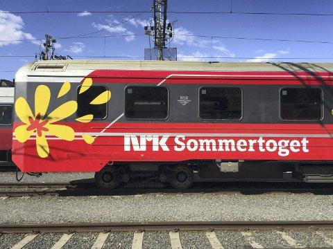 PÅ SKINNER: Sommertoget kjører i 30 km i timen, og gjør korte stopp på mange av distriktets små stasjoner. Møt opp og lag liv, er oppfordringen fra kommunene.
