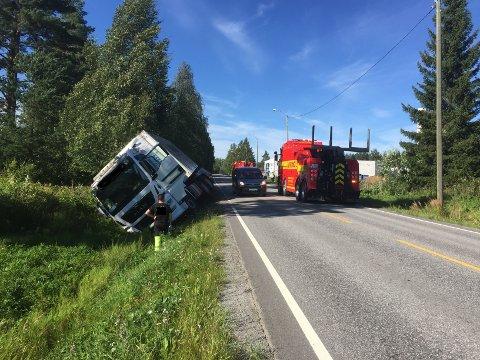 VELT: Lastebilen havnet i grøfta ved Granerud.