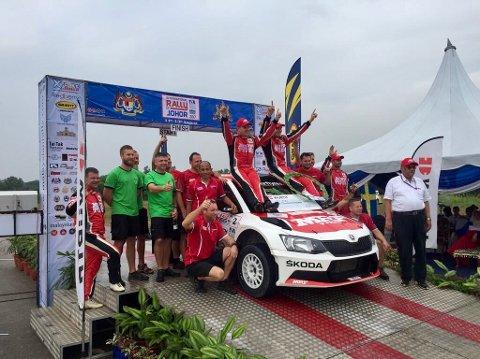 FORSVARTE LEDELSEN: Ole Christian Veiby etter seier i Malaysia.