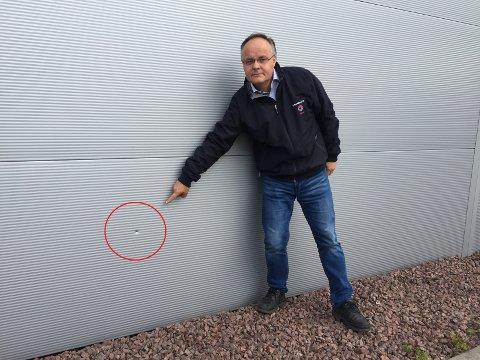 HULL I VEGGEN: Daglig leder Arne Haagensen ved Hellanor konstaterer at noen har laget flere hull i veggene.