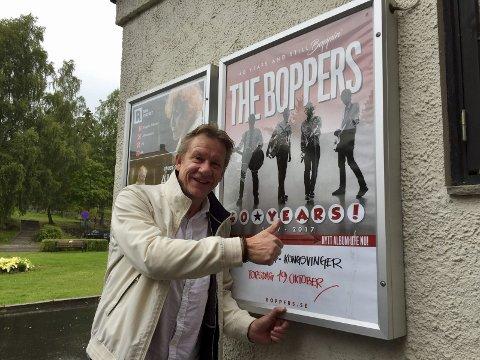 – Jeg fikk dem til Austmarka for 38 år siden, sier Erik Øverby foran den ikoniske tavla ved Rådhus-Teatret.