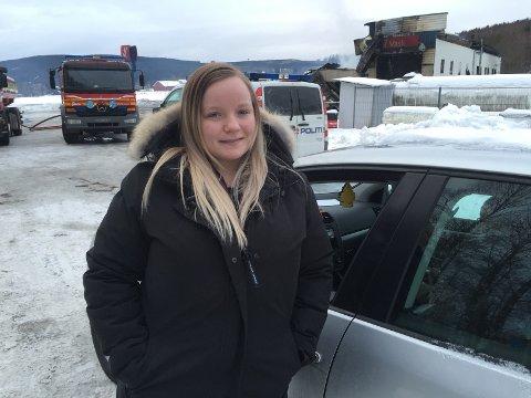 TRIST: Vilde Marie Finstad (19) mistet arbeidsplassen sin i brannen i natt.