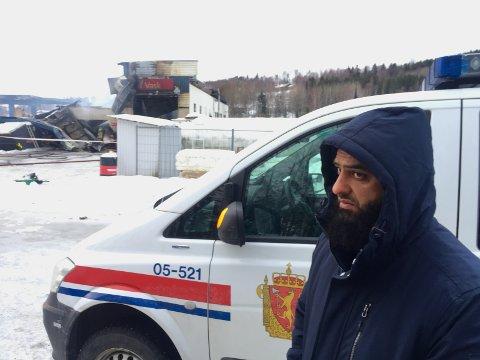 PREGET: Innehaver Mohammad Asif sier han ikke vet hva som kan ha skjedd, og er preget etter brannen i Nord-Odal.