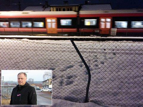 BEKYMRET: Delingen av Skarnes sentrum er nå løftet opp på politisk nivå. Ordfører Knut Hvithammer får drahjelp av statsråd Ketil Solvik-Olsen for å få fortgang i bygging av ny jernbaneundergang.