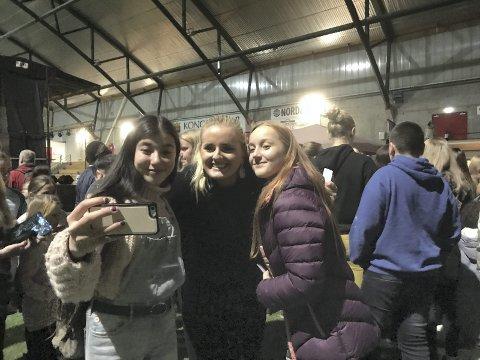 WOW: – Tenk å få møte dem, sa Zulfire Yakup og Sara Hyttebakken fra Kongsvinger møtte bloggeren Martine Halvorsen i det store Oss Mot Mobbing-arrangementet i storhallen.