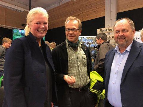 BLIDE: Aasa Gjestvang kom med gode nyheter som blir applaudert av skogsjef Per Skaare i Glommen og avdelingsleder for Solør videregående, Helge Strætkvern.