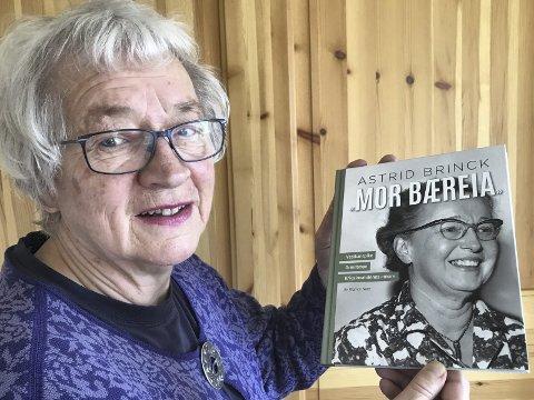DEBUTERER MELLOM TO PERMER: – Jeg har hatt mange gode hjelpere underveis, sier Rigmor Noer. Hun debuterer som forfatter med boka om krigshelten Astrid Brinck.