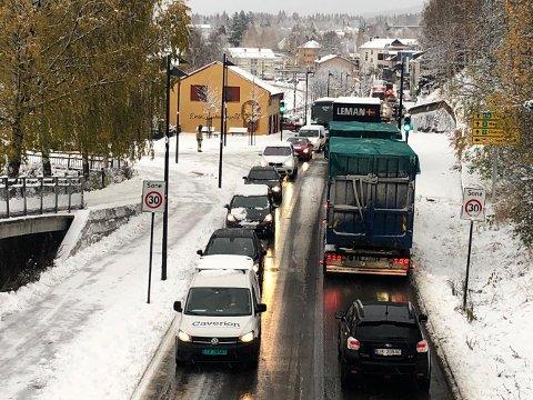 KØER: Det er lange køer i Kongsvinger sentrum på grunn av en situasjon på gamlebrua.