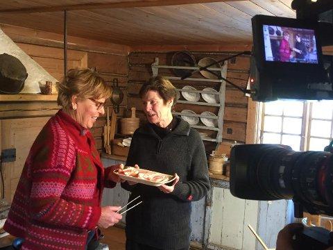 TV-KOKKER: Wenche Andersen fikk med seg Merete Furuberg til å lage motti og flesk på Finnetunet.