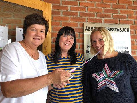 Prosjektmidler har gjort at Våler og Åsnes styrker helsetilbudet for de unge, sier ledende helsesøsster Linda Strand (i midten).   Jordmor Åse Fjeld er klar med spiral og p-stav, Lise Kjekshus er helsesøster ved ungdomsskolen og ved ungdommens helsestasjon.
