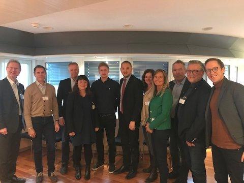 STOR DELEGASJON: Samferdselsminister Jon Georg Dale (i midten med slips) fikk fredag besøk av en stor delegasjon som ville snakke om E16.