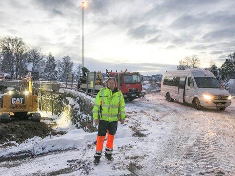 DROSJELØSNING: Are Meisund er en av dem som sørger for at gående, syklende og rullestolbrukere kommer seg over Os bru mens gang- og sykkelveien er stengt. Minibussen til høyre kjører døgnet rundt.