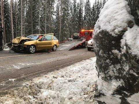 INN I BERGVEGGEN: Bilen skal ha sklidd av veien og rett inn i bergveggen.